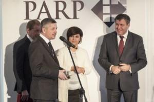 Krzysztof Kamiński odbiera nagrodę z rąk Wicepremiera i Ministra Gospodarki Janusza Piechocińskiego