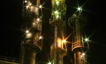 Wytwórnia alkoholi OXO nocą