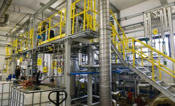 Instalacja doświadczalna (plastyfikatory specjalistyczne), na której prowadzone są prace nad syntezą nowych produktów mogących poszerzyć portfolio Grupy Azoty ZAK S.A. - fot. 1