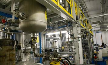Instalacja doświadczalna (plastyfikatory specjalistyczne), na której prowadzone są prace nad syntezą nowych produktów mogących poszerzyć portfolio Grupy Azoty ZAK S.A. - fot. 3